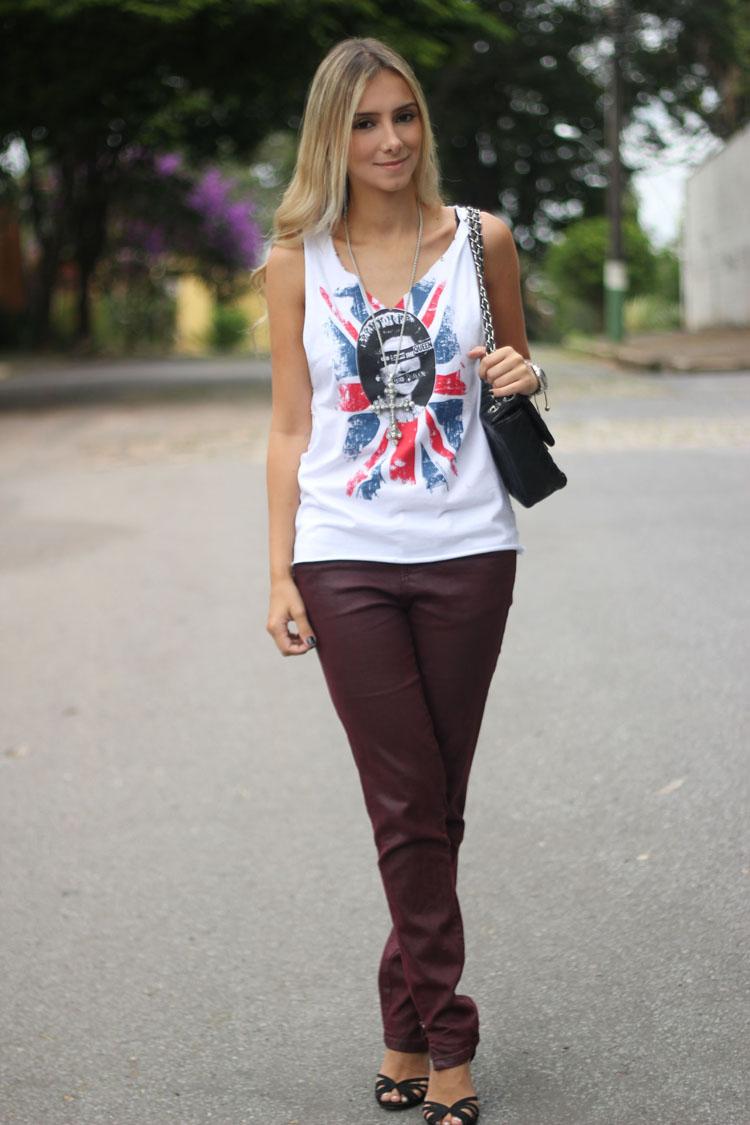 look-da-onca-t-shirt-union-jack-british-queen-customizaca-t-shirt-com-tachas-calca-burgundy-salto-anabela-torto
