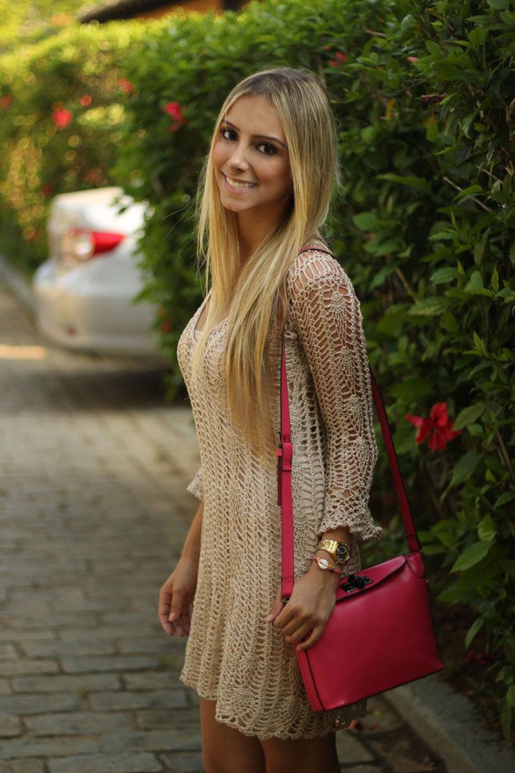 look-da-onca-vestido-croche-handmade-vestido-dourad-lilly-sarti-bolsa-pink-sandalia-villa-villione-vicenza