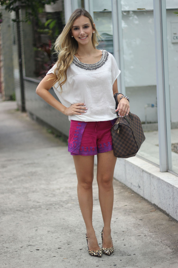 look-da-onca-blusa-bordada-zara-short-bordado-bobo-bolsa-louis-vuitton-scarpin-onça-spikes-schutz