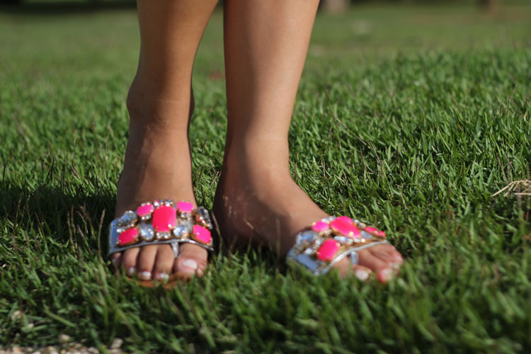 look-da-onca-blusa-cropped-diy-short-nude-flores-bolsa-pink-rasteira-pedras-pink