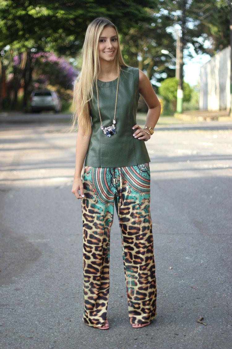 look-da-onca-camisa-couro-peplum-verde-mares-m-guia-calca-pantalona-oncinha-paisley-strass-sandalia-nude-rosa-louboutin-colar-bonitat7