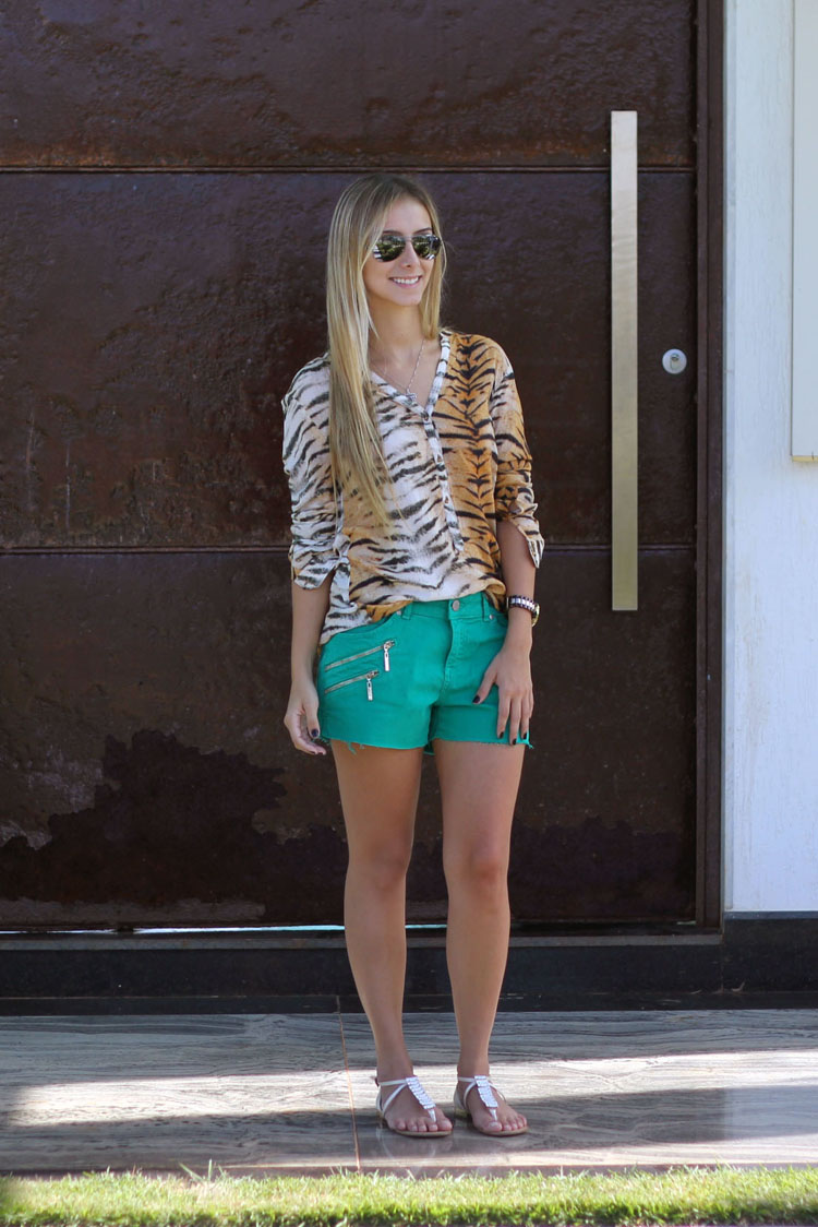 look-da-onca-camisa-tigre-short-verde-bobo-sandalia-branca-pedrarias-aldeias-do-lago