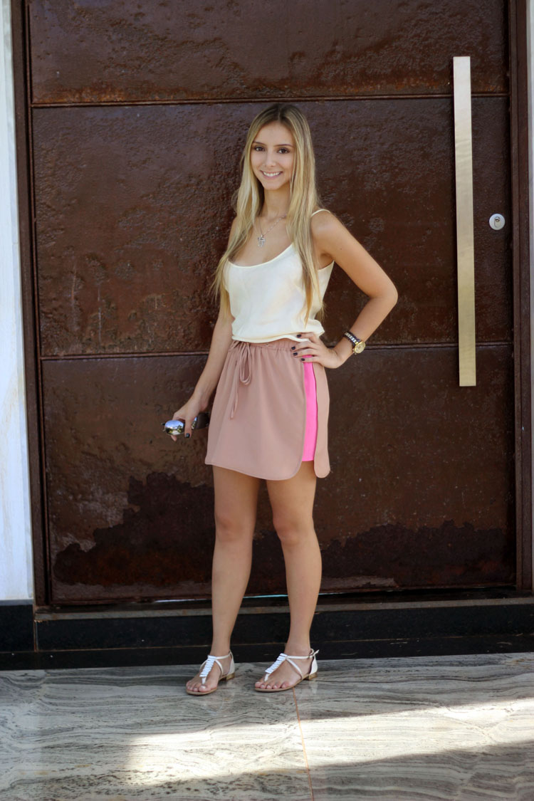 look-da-onca-camiseta-amarela-saia-nude-pink-neon-sandalia-branca
