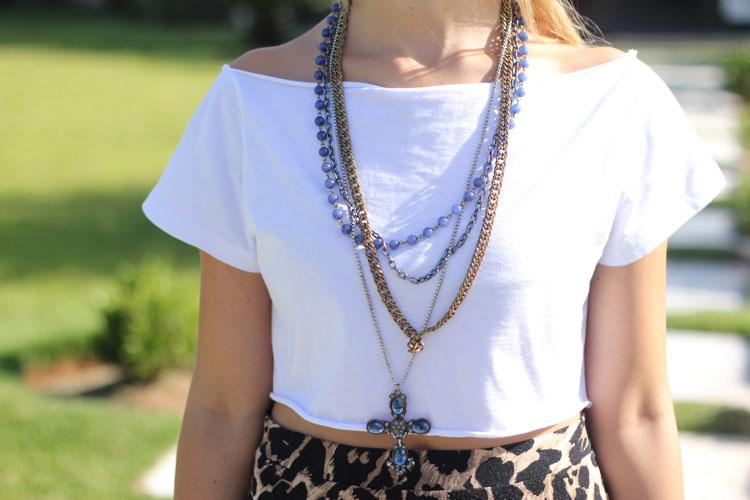look-da-onca-top-cropped-branco-saia-longa-oncinha-crucifixo-azul-colar-correntes