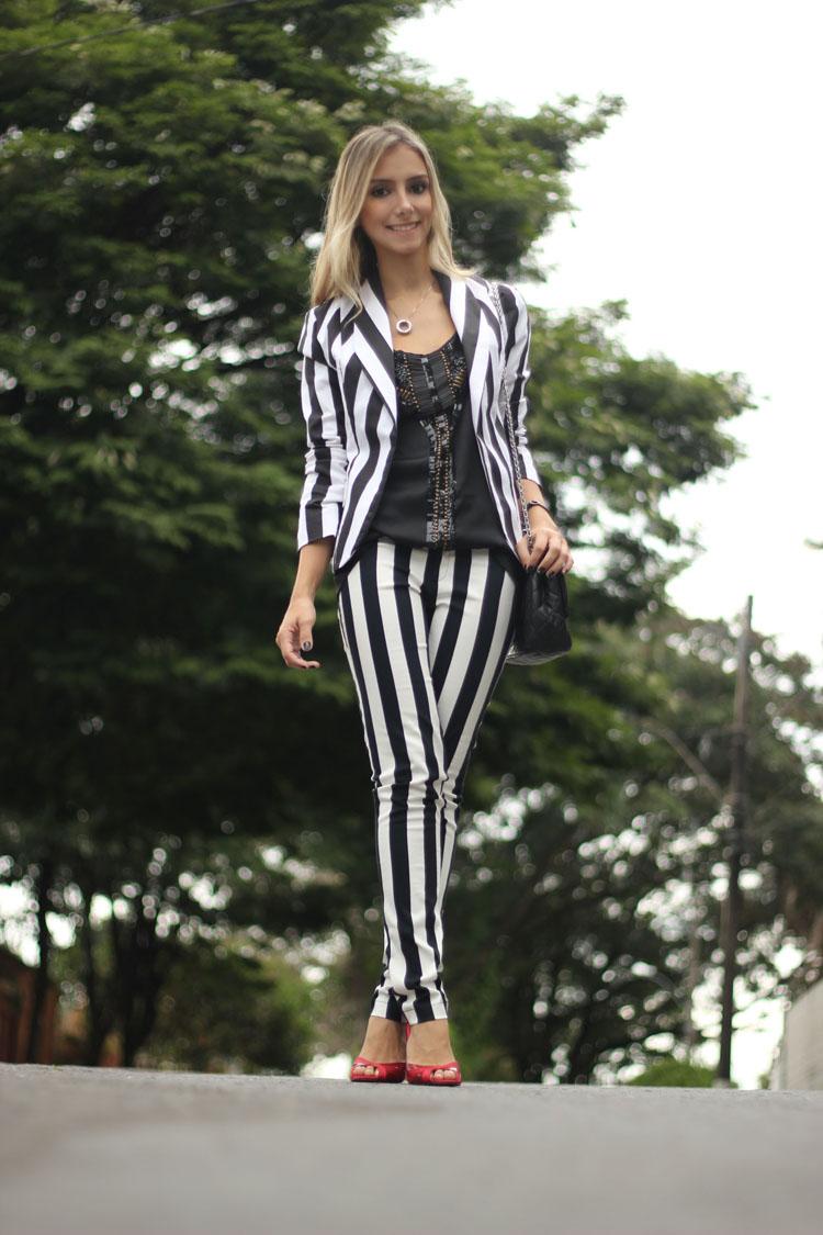 look-da-onca-blazer-listrado-etc-store-camiseta-preta-bordada-fethie-calca-listrada-look-preto-e-branco-look-peb-sandalia-vermelha
