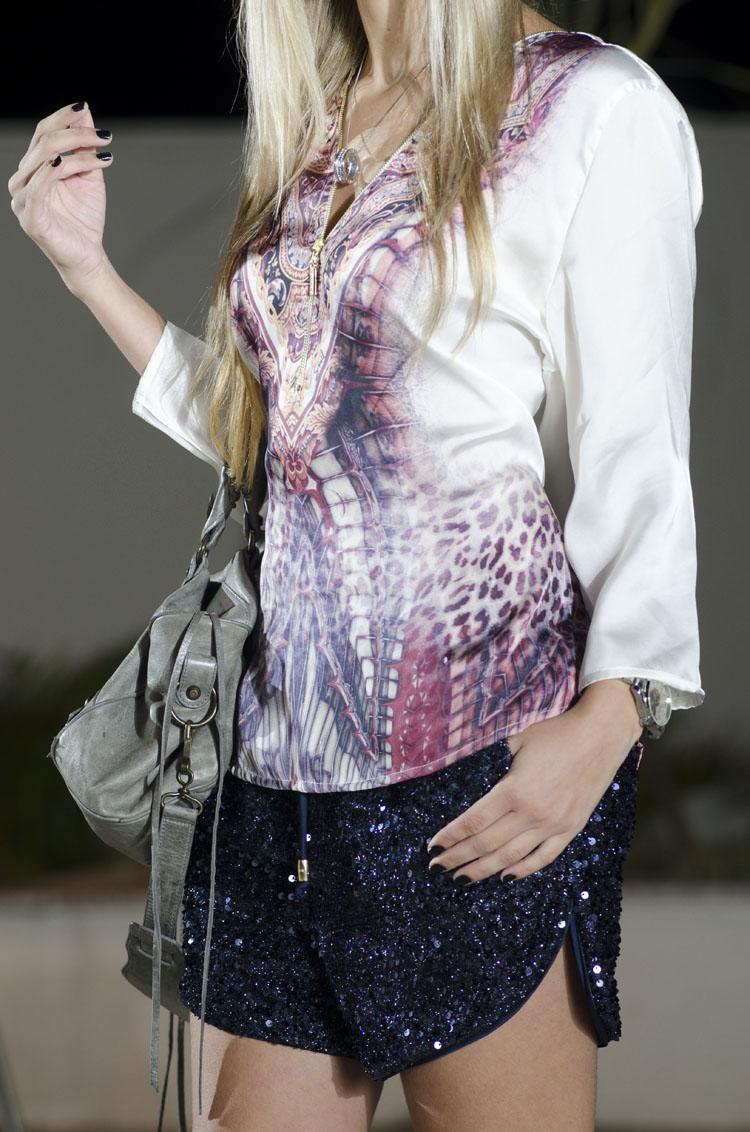look-da-onca-violet-multimarcas-camisa-seda-smel-short-boxer-paetes-moikana-azul-marinho-sandalia-louboutin-rosa-bolsa-balenciaga