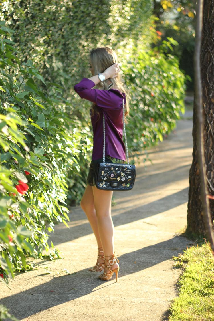 look-da-onca-camisa-roxa-neca-design-short-verde-estampa-planta-costela-de-adao-animale-sandlaia-schutz-girafa-bolsa-chanel-colar-strass