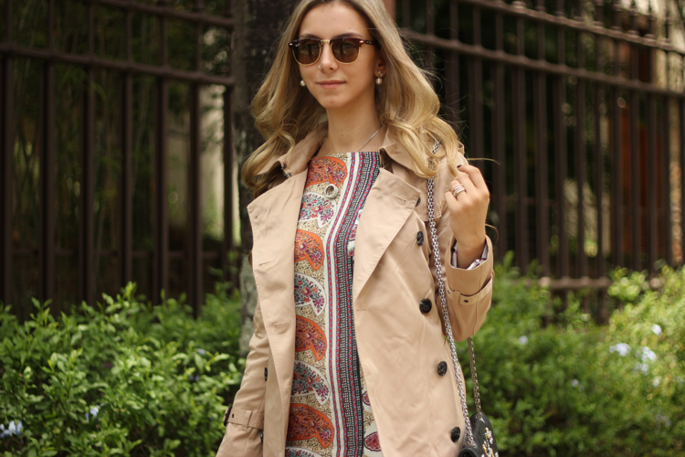 look-da-onca-trench-coat-burberry-vestido-linda-de-morrer-bota-schutz