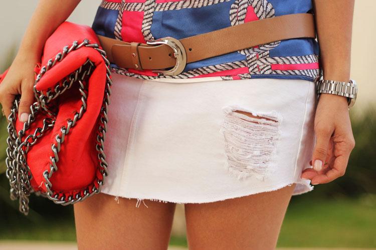 look-forum-estampa-navy-saia-jeans-branca-destroyed-sandalia-prada-bolsa-red-falabella