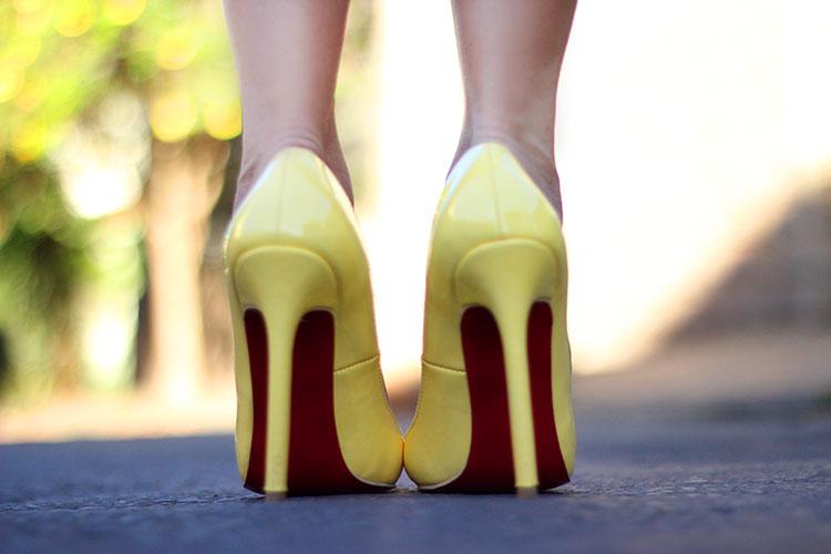 look-da-onca-vestido-renda-comprido-no-joelho-vestido-para-trabalho-renda-roxa-lore-louboutin-chanel