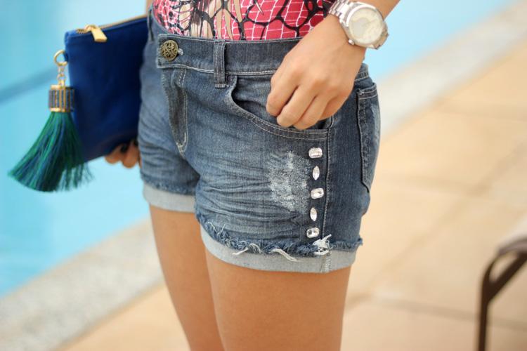look-da-onca-body-sem-manga-estampado-short-jeans-pedrarias-libertis-bh-clutch-gisele-dias