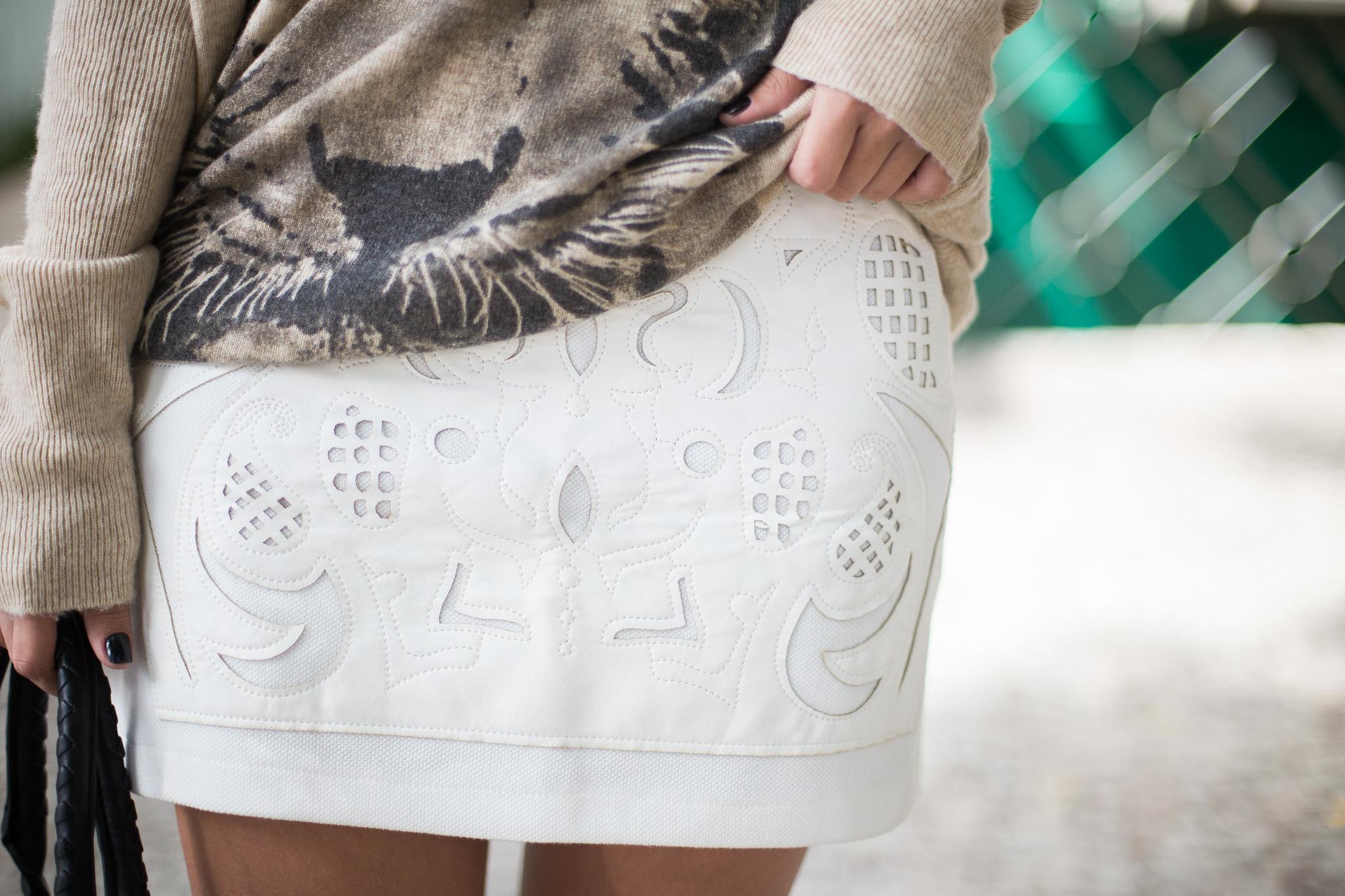 look-da-onca-maxi-tricot-saia-branca-recortes-em-couro-branco-gisele-dias-loja-bota-over-the-knee