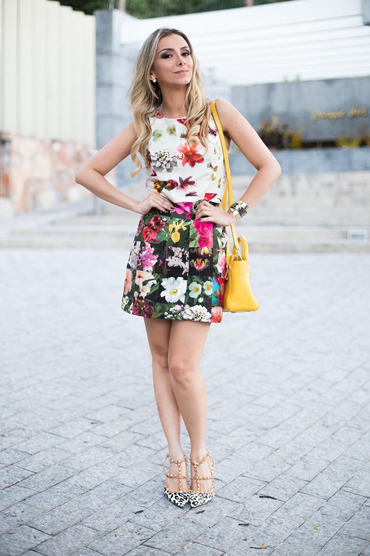 look-da-onca-vestido-floral-lore-bolsa-amarela-bobo-scarpin-oncinha-laporte