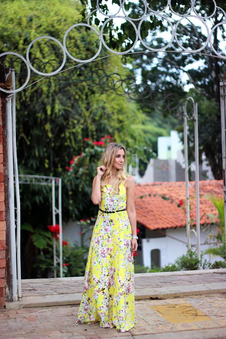 look-da-onca-vestido-longo-amarelo-floral-cinto-preto-gisele-dias-loja