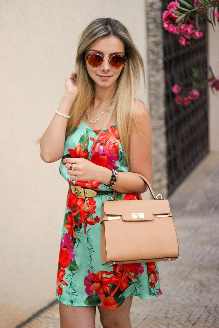 look-da-onca-vestido-floral-turquesa-flor-laranja-flor-rosa-gisele-dias-loja-cinto-fivela-dourada-bolsa-nude-sandalia-nude