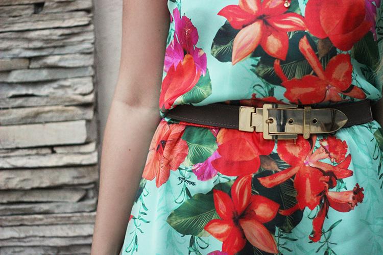 look-da-onca-vestido-floral-turquesa-flor-laranja-flor-rosa-gisele-dias-loja-cinto-fivela
