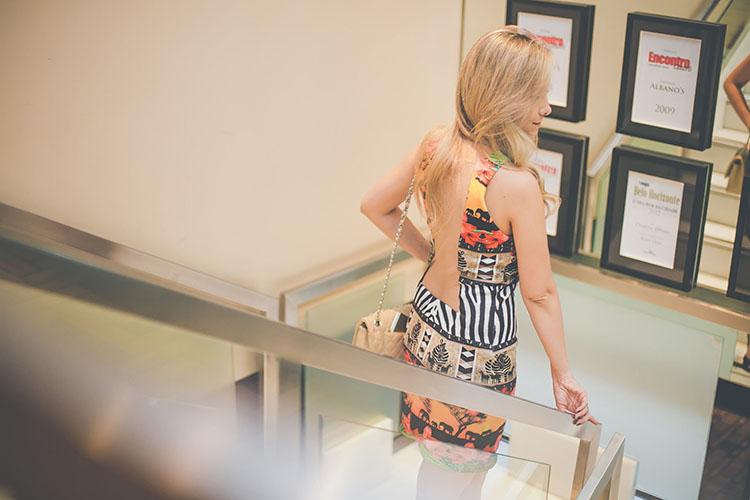 look-da-onca-spfw-fleche-dor-vestido-africa-estampas-vestido-com-fenda-sandalia-salto-grosso-covenant-preto-chanel-bag