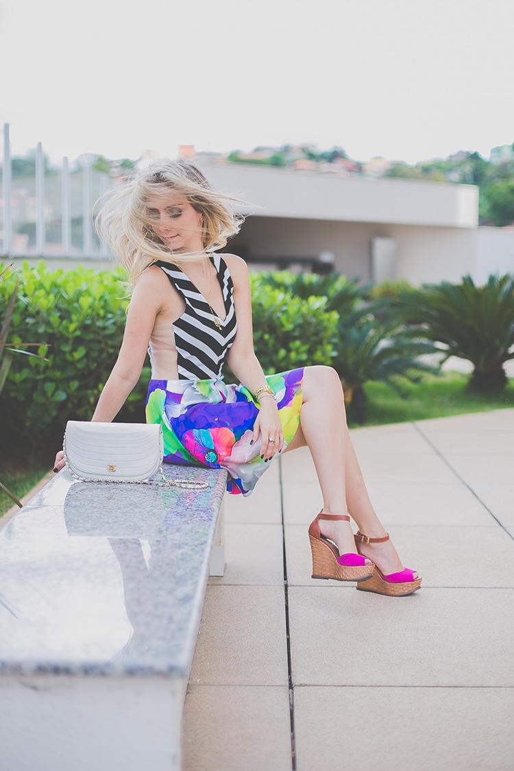 look-da-onca-vestido-listras-e-floral-gisele-dias-sandalia-anabela-pink
