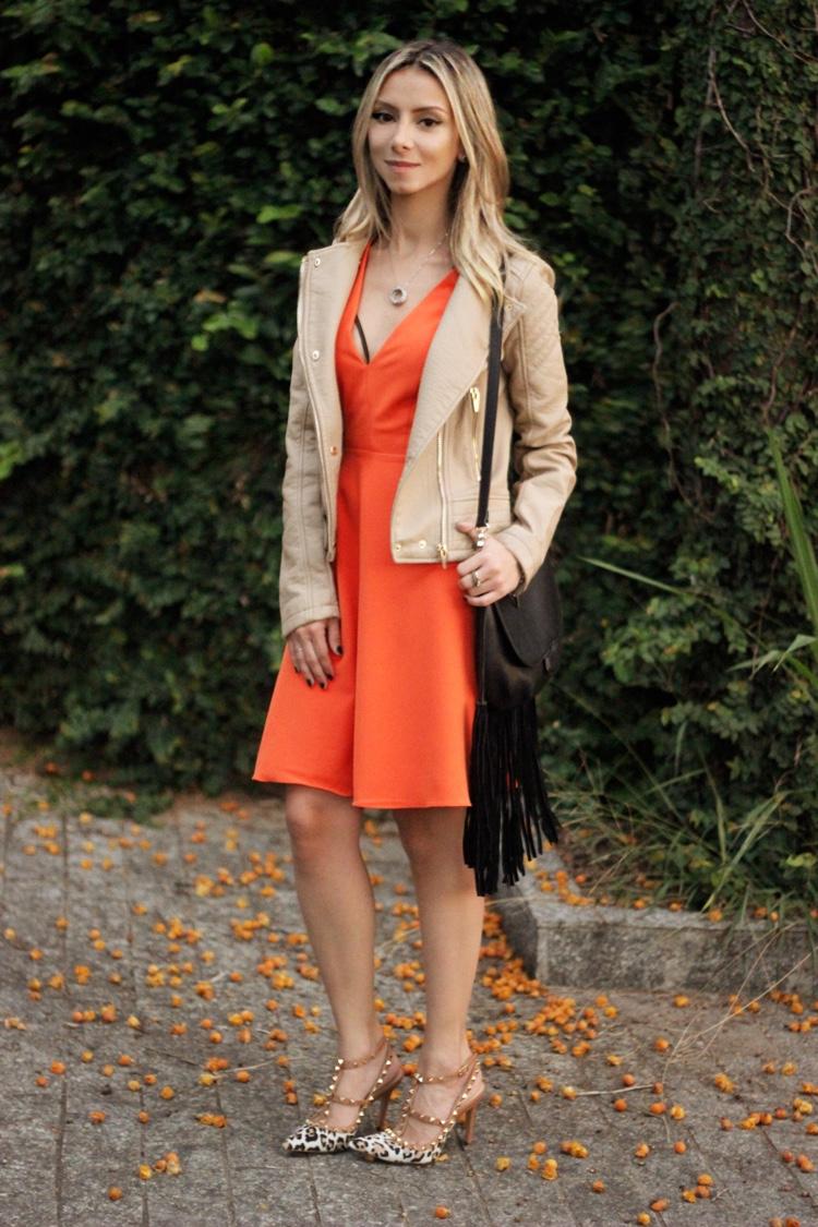 look-da-onca-spfw-amaro-vestido-laranja-midi-rodado-jaqueta-couro-bege-camelo-scarpin-garavani-laporte-oncinha-bolsa-franjas