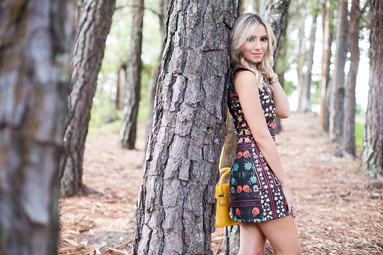 look-da-onca-vestido-floral-fundo-escuro-lore-bh-mini-bolsa-amarela-bobo-scarpin-vazado-transparente-scarpin-dourado-cecconello