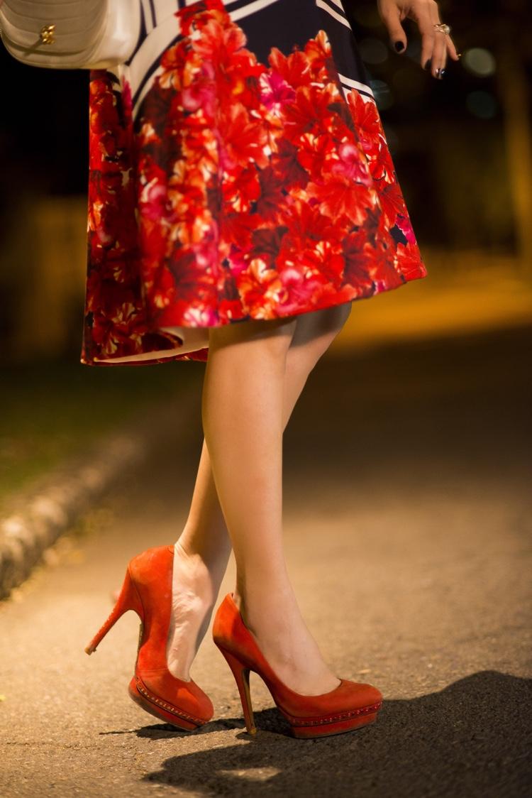 look-gabriella-lenzi-evento-fatima-scofield-vestido-midi-listras-flores-vermelhas