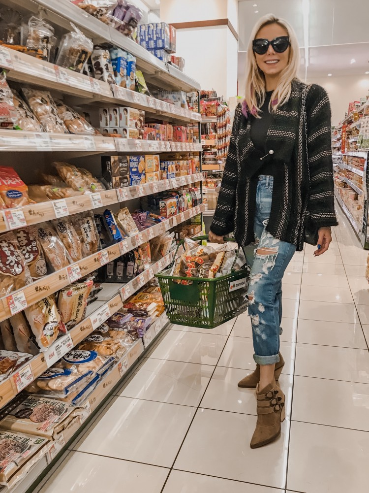 deborah-zandonna-cabelo-roxo-hotheads-japao-supermercado-japones-tokyo-toquio-jeans-rasgado-loira-oculos-casaco-tricot-chinatown-comidas-japonesas-chips-japanese