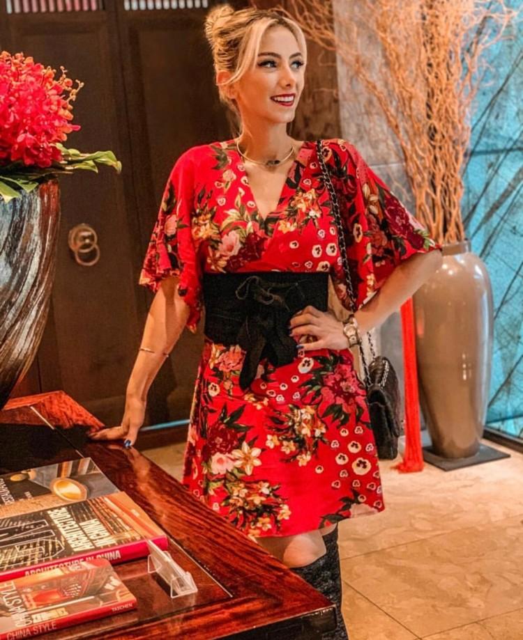 deborah-zandonna-japao-look-geuixa-vestido-vermelho-floral-dois-cintos-marcando-cintura-truque-de-styling