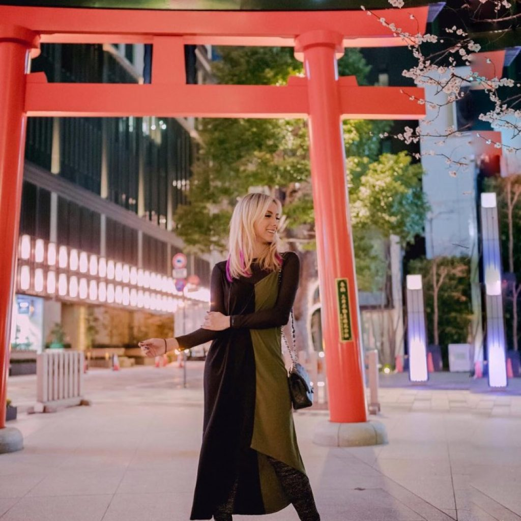 deborah-zandonna-japao-portal-torii-japones-tokyo-toquio-vestido-zinzane-loira-vestido-midi-dress-fluido-bota-longa-brilho-noite-cidade-monumento