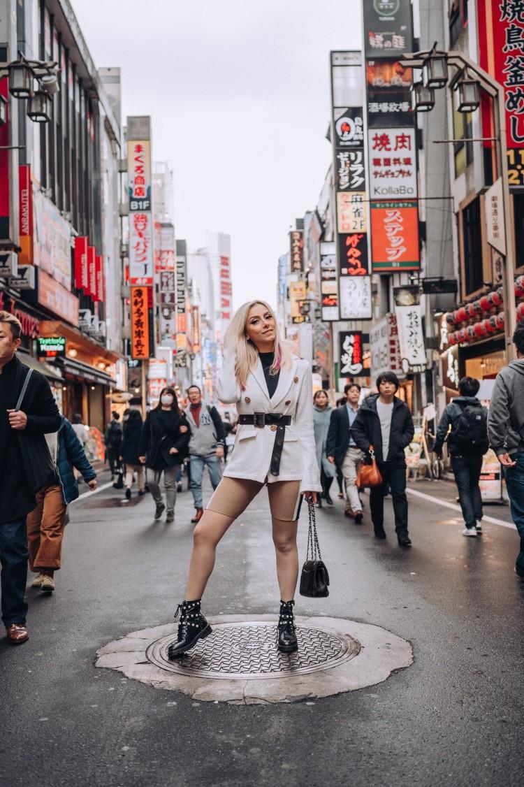 deborah-zandonna-japao-shinjuku-tokyo-fashion-week-coturno-tendencia-bermuda-casaco-com-cinto-na-cintura-trend-alert-look-ousado-loira-chanel-zara-modelan