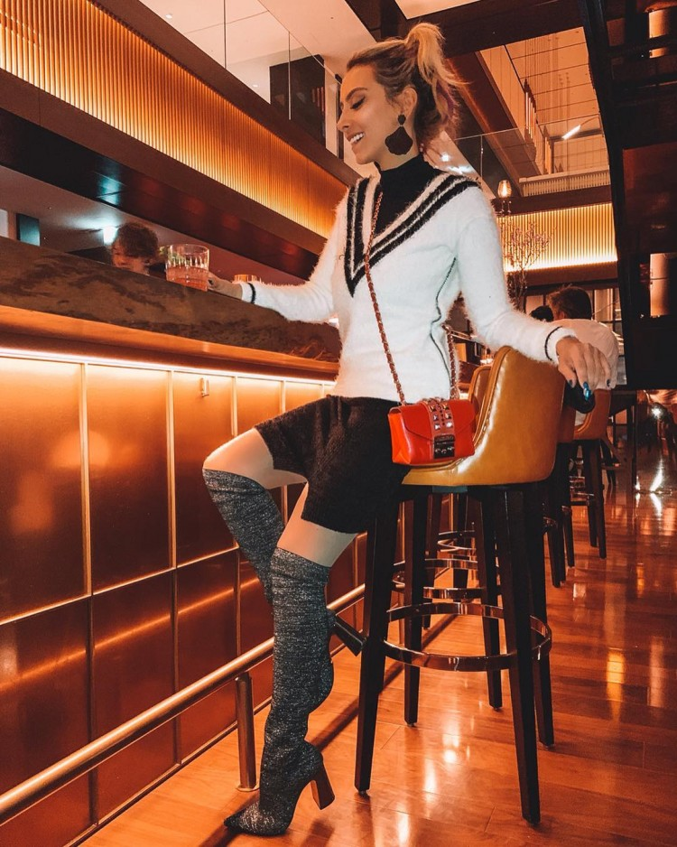 deborah-zandonna-tokyo-japao-restaurante-lounge-namiki667-hyatt-centric-ginza-bairro-top-classy-look-moletom-bota-over-the-knee-preto-e-branco-bolsa-vermelha-valentino-minibag
